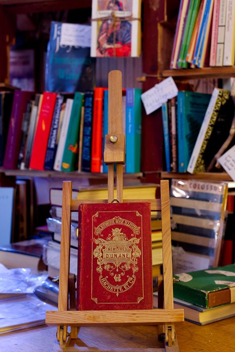 Tomes for sale inside Atlantis Books. Image courte