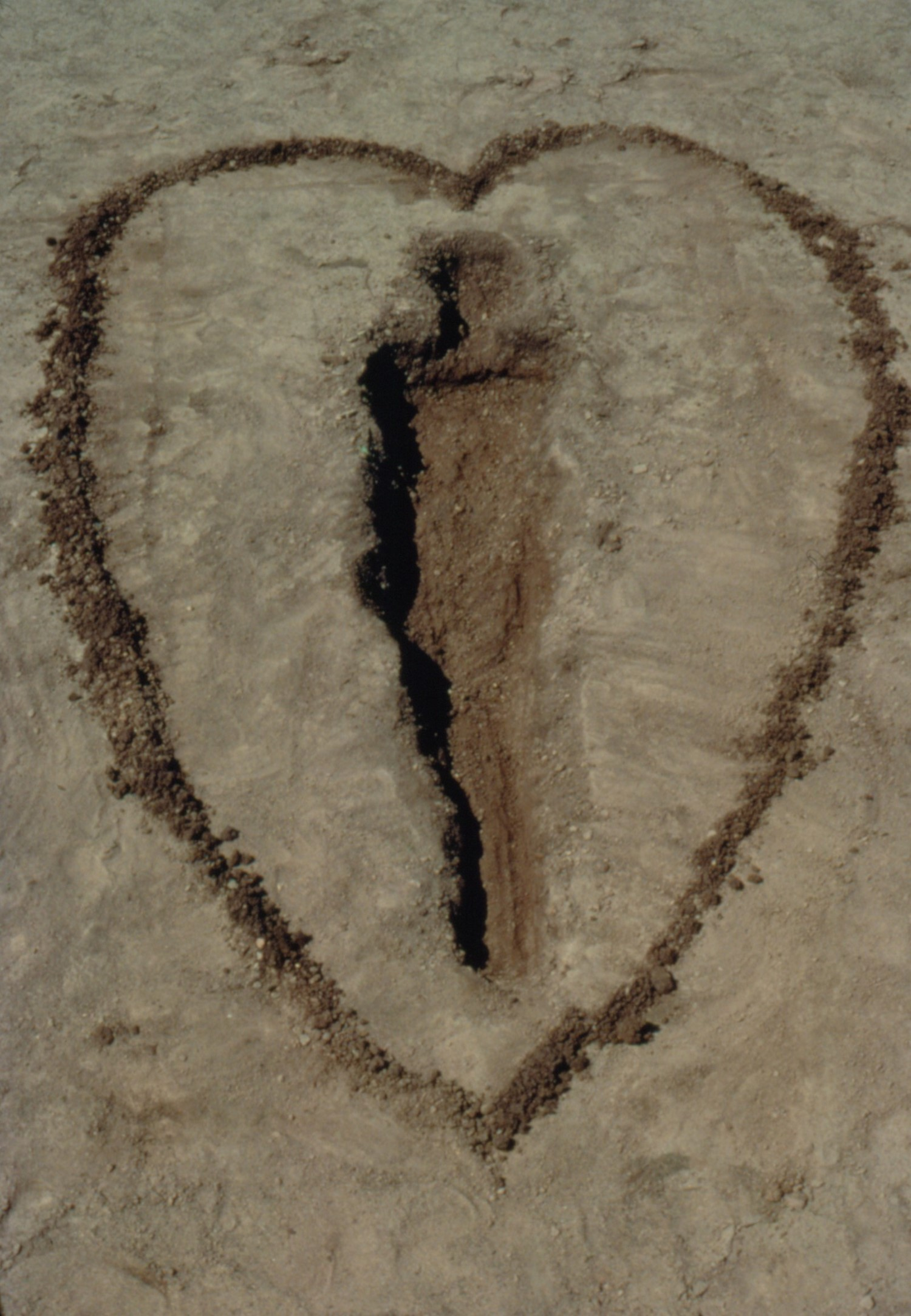 GL 3965 - silueta in sand with heart