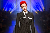 Hannelore Knuts as Annie Lennox, Jean Paul Gaultie
