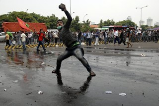 Anti-government protesters hurl rocks  at police o