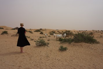Tilda Swinton in Dubai by Amanda Harlech (3)