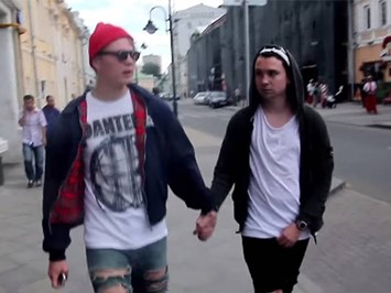 gay-couple-streets-moscow