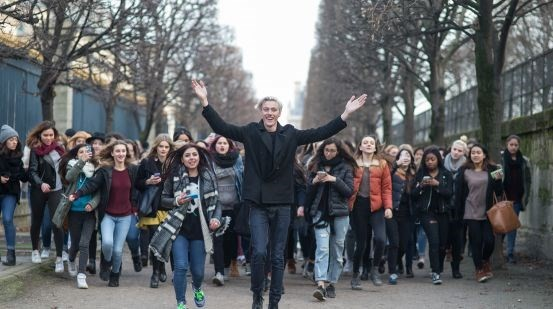 Lucky Blue Smith being followed by fans in Paris