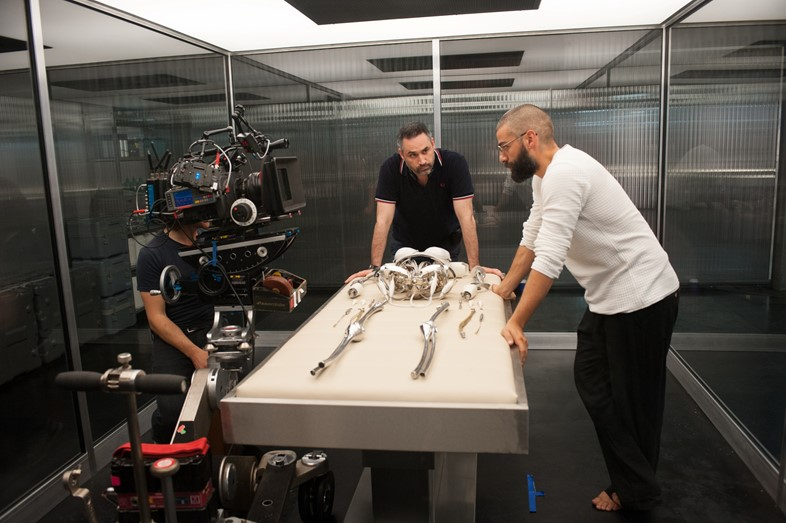 Director Alex Garland with Oscar Isaacs