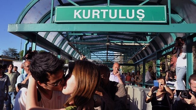 915129-turkey-kissing-protest