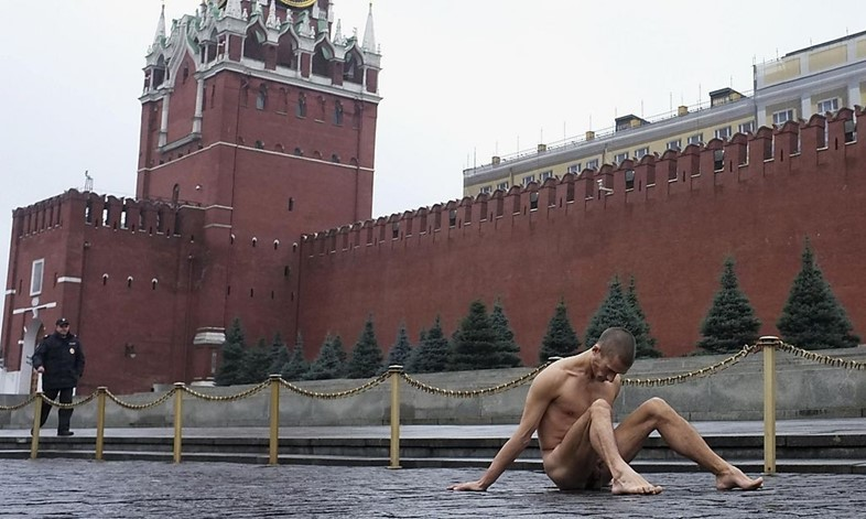 Pyotr-Pavlensky-sits-on-pavestones-of-Red-Square-d